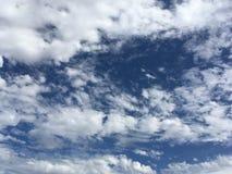 Nubi su cielo blu profondo Fotografia Stock Libera da Diritti