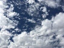 Nubi su cielo blu profondo Fotografia Stock
