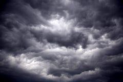 Nubi tempestose del nero pesante di vento fortissimo Immagini Stock Libere da Diritti