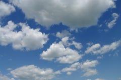 Nubi in un cielo blu Immagine Stock Libera da Diritti