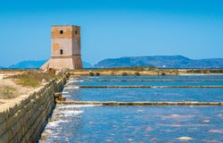 Nubia Tower nos planos de sal de Trapani Sicília, Itália do sul foto de stock