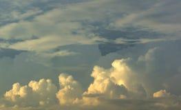 Nubla-se formações da nuvem de cúmulo-nimbo do fundo Imagens de Stock Royalty Free
