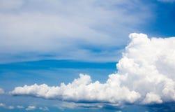 Nubla-se o céu azul Fotos de Stock