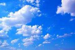 Nubla-se o céu com fundo azul 171019 0191 Fotos de Stock Royalty Free