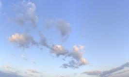 Nubla-se o céu azul Imagem de Stock