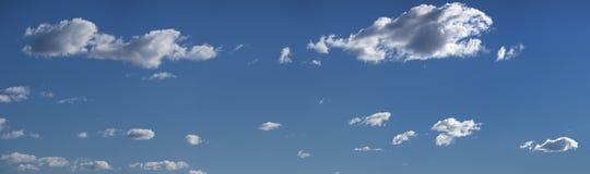 Nubla-se o panorama com céu azul Fotos de Stock