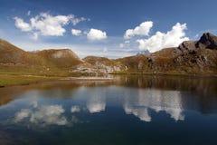 Nubla-se a reflexão no lago foto de stock