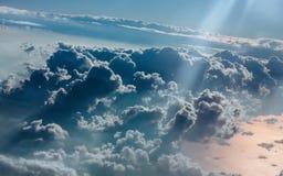 Nublado en el cielo azul del aeroplano Fotos de archivo
