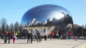 Nuble-se a escultura da porta com os turistas no parque do milênio video estoque