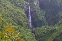 Nuble-se florestas e cachoeiras no parque nacional de Rèunion foto de stock