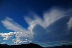 Nuble-se a formação sobre os sons de Marlborough, Nova Zelândia imagens de stock