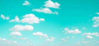 Nuble-se no fundo do céu azul - imagem do estilo do efeito do vintage imagem de stock