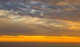 Nuble-se no fundo do céu, tempo nebuloso com reflexões da luz solar no tempo do por do sol Imagem de Stock Royalty Free