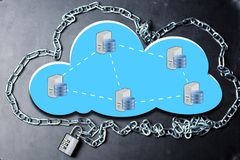 Nuble-se o conceito de computação da rede do base de dados da segurança com corrente e padlock no fundo escuro imagens de stock royalty free