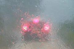 Nuble-se a ruptura com chuva pesada e vista má luzes borradas do carro Foto de Stock Royalty Free
