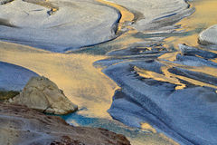 Nubra河的河床日落的:上色水,一条蓝色河的表面的在金子的太阳的反射,白色 库存照片