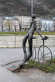 Nude άγαλμα χαλκού του ποδηλάτη στο Σάλτζμπουργκ, Αυστρία Στοκ Φωτογραφίες