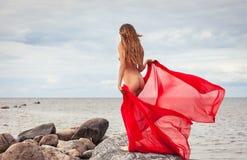Nude γυναίκα με το κόκκινο ύφασμα Στοκ φωτογραφία με δικαίωμα ελεύθερης χρήσης