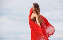 Nude γυναίκα με το κόκκινο ύφασμα Στοκ Εικόνα
