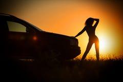 Nude κορίτσι στις ακτίνες του ηλιοβασιλέματος στα πλαίσια ενός αυτοκινήτου Στοκ φωτογραφίες με δικαίωμα ελεύθερης χρήσης