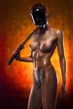 Nude redhead κορίτσι σε μια μάσκα αερίου και αλυσίδες με ένα ξίφος katana υπό εξέταση Στοκ εικόνες με δικαίωμα ελεύθερης χρήσης