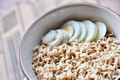 Nudel und Ei gekocht, schnell und bequem wenn Sie hungrig, asiatisches Lebensmittel stockfotografie