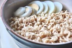 Nudel und Ei gekocht, schnell und bequem wenn Sie hungrig, asiatisches Lebensmittel stockfoto