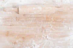 Nudelholz auf einem hölzernen Behälter Stockbilder