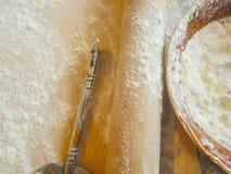 Nudelholz und Mehl in einer Platte Lizenzfreie Stockfotos