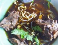 Nudeln in der Suppe, in gedämpfter Ente mit chinesischer Medizin und in der Seite DIS lizenzfreie stockfotos