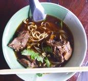 Nudeln in der Suppe, in gedämpfter Ente mit chinesischer Medizin und in der Seite DIS stockbilder