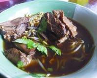 Nudeln in der Suppe, in gedämpfter Ente mit chinesischer Medizin und in der Seite DIS stockfoto