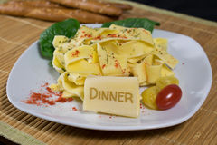 Nudeln mit Beschriftung Abendessen Lizenzfreie Stockfotos