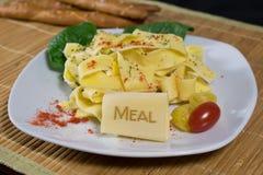 Nudeln mit Beschriftung Mahlzeit Lizenzfreie Stockfotos