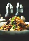 Nudeln mit Fleisch und Gemüse und teriyaki Soße lizenzfreies stockfoto