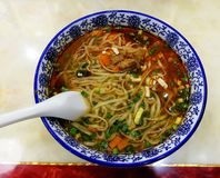 Nudeln mit Suppe und Gemüse in der weißen Schüssel lizenzfreie stockfotos