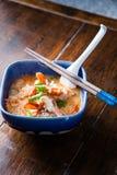 Nudeln mit Tom Yam Koong-Suppe Stockbild
