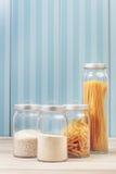 Nudeln und Reis in den Gläsern lizenzfreies stockbild