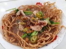 Nudeln vor traditionellen chinesischen Tellern sind populär lizenzfreies stockbild