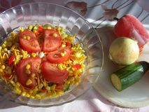 Nudelsallad och grönsaker - stilleben Arkivfoto
