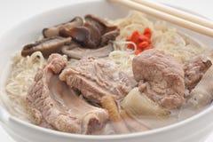Nudelsoppa med griskött och barberryen royaltyfri bild