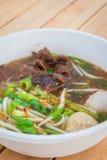 Nudelsoppa med nötkött i thai eller kinesisk stil på tabellbackgro Arkivfoto