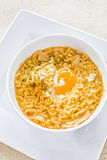 Nudelsuppe mit Ei auf weißer Platte Stockfotos