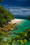 Nudey-Strand auf Fitzroy-Insel, Steinhaufenbereich, Australien, große Bar stockfoto
