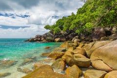 Nudey-Strand auf Fitzroy-Insel, Steinhaufenbereich, Queensland, Australi lizenzfreie stockbilder