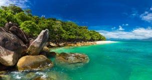 Nudey strand på den Fitzroy ön, röseområde, Queensland, Australi arkivfoto