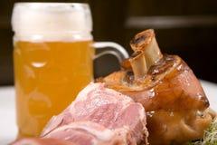 Nudillo del cerdo con la cerveza Imagen de archivo