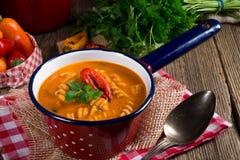 Nudlar för korn för pepparsoppa också fulla royaltyfri bild