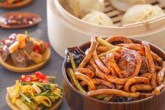 Nudlar för traditionell kines med kött i soya, ångaklimpar, sallader, grönsaker, champinjoner, skaldjur royaltyfri foto