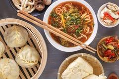 Nudlar för traditionell kines med kött i soya och annan asiatisk disk royaltyfria foton
